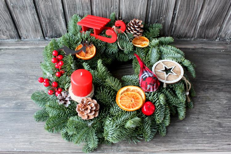 Рождественский венок с красными санками и птичкой