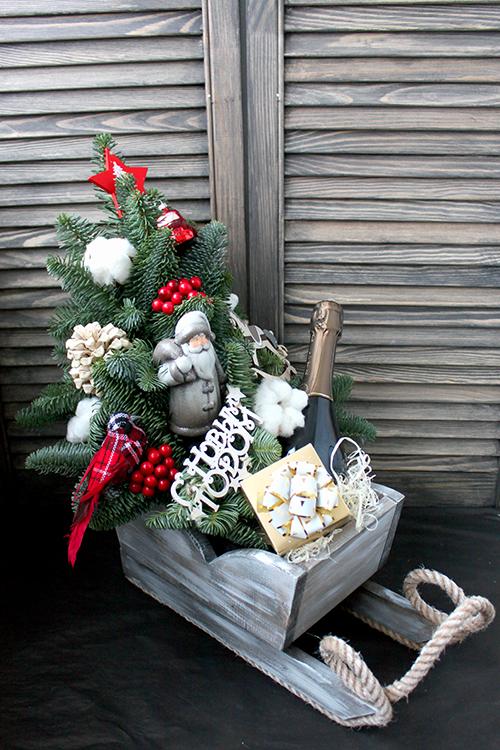 Сани с елкой, Дедом морозом и подарками.