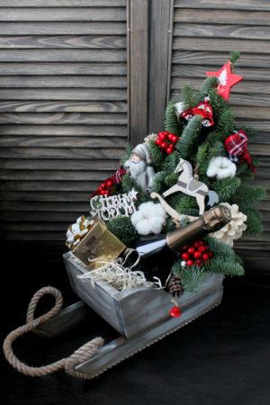 Сани с елкой и новогодними подарками