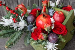 Ящичек с новогодней композицией, гранатом и фруктами