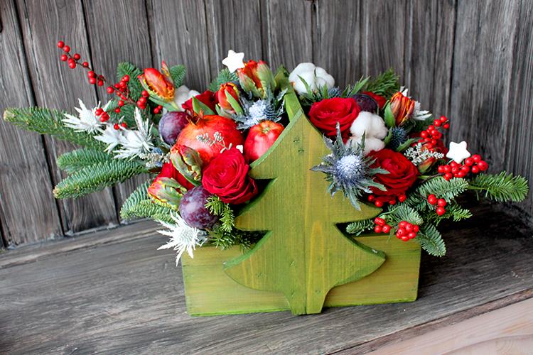 Ящичек с новогодней композицией, гранатом и яблоками