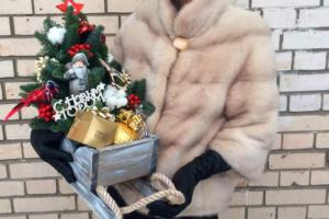 Подарок новогодний в санях с елкой
