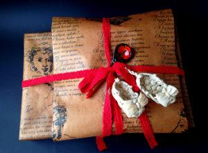 Упаковка подарков в крафт бумагу.