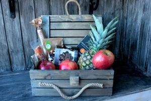 Ящик в подарок мужчине с ананасом и шоколадом