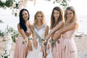 Подружки невесты в платьях цвета пудры