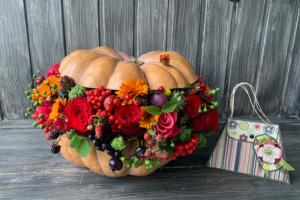 Осенняя цветочная композиция в тыкве