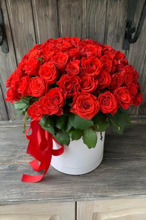 75 алых роз в шляпной коробке