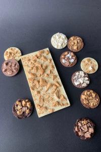 Плитка из белого шоколада с сублимированным мороженным и медиантами.