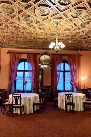 Малый зал ресторана дворца Князя Владимира