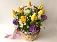 Весенняя корзина с нарциссами, желтыми тюльпанами и гиацинтами