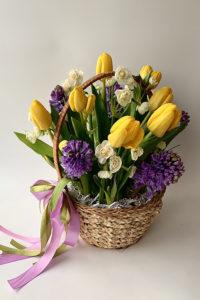 Корзина с желтыми тюльпанами и синими гиацинтами