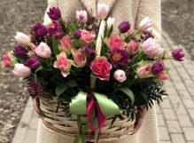 Корзина с розами и розовыми тюльпанами