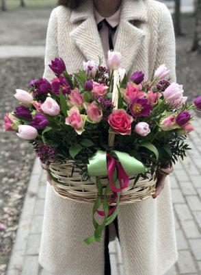 Корзина с розовыми розами и тюльпанами