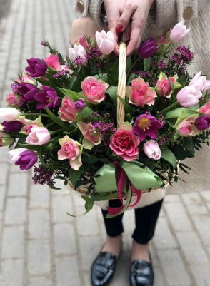 Корзина с розовыми тюльпанами и розами