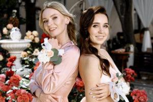 Подружки невесты с цветочными браслетами