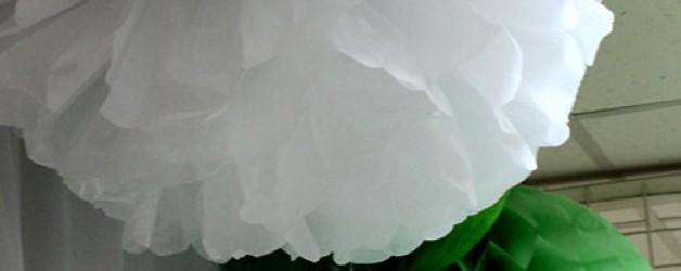 Новогоднее украшение помещения бумажными помпонами и фонариками.