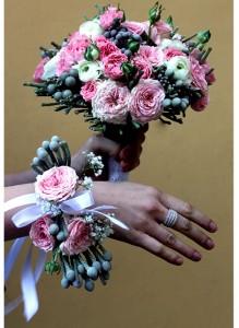 Букет невесты с розовыми кустовыми розами, ранункулюсами и брунией.