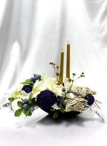Новогодняя композиция с золотыми свечами.