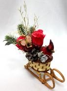 Новогодняя композиция с конфетами в санях.