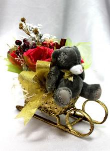 Новогодняя композиция в санях с конфетами и мишкой.