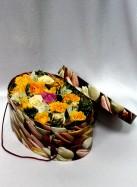 Жёлтые и кремовые розы в коробке.