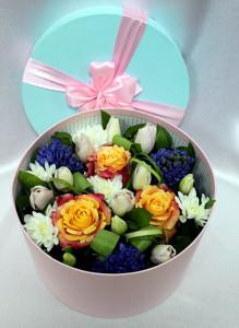 Коробка с тюльпанами, гиацинтами и розами.