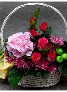Корзина с гортензией, розами и хризантемами.