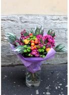 Букет с хризантемами, розами и леукадендроном.