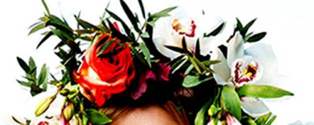 Украшение прически невесты-веночек из живых цветов.