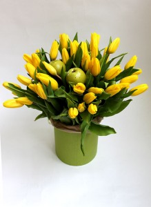 Коробка с желтыми тюльпанами и яблочками.