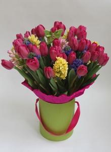 Коробка с розовыми тюльпанами и разноцветными гиацинтами.