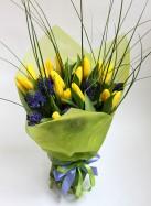 Букет из желтых тюльпанов и синих гиацинтов.