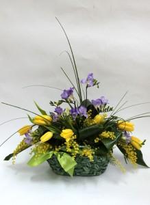 Композиция из желтых тюльпанов, сиреневой фрезии и мимозы.