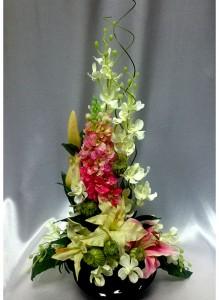 Композиция из искусственных цветов с дельфиниумом и лилиями.