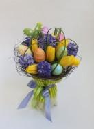 Пасхальный букет из гиацинтов и тюльпанов.