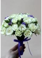 Букет невесты с белыми розами и сиреневыми фрезиями.