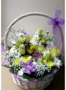 Пасхальная корзина с хризантемами, розами и альстромерией.