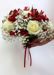 Букет невесты с белыми розами и красными альстромериями