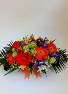 Корзина с оранжевыми герберами и синими ирисами