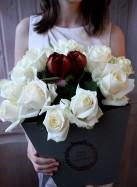 Коробка с белыми розами и красным амариллисом