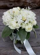 Букет невесты с белыми розами и птицемлечником.