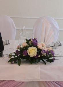 Композиции с розами и лизиантусами.