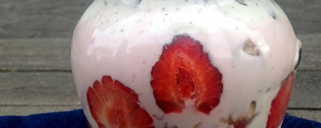 Модный десерт с ягодами в банке.