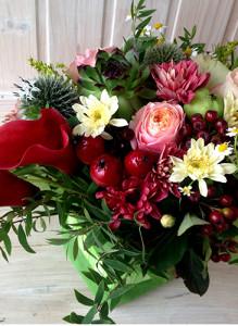 Композиция с розами, каллами и хризантемами.