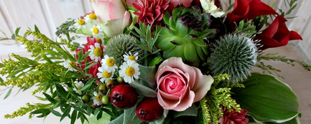 Композиция с каллами, розами и яблочками
