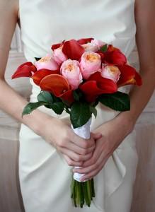 Букет невесты с розами Вувузелла и каллами.