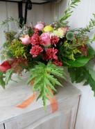 Букет с хризантемами, розами и тыквами.