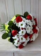 Букет из красных роз и белых кустовых хризантем.