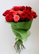 Букет из красных и розовых роз.