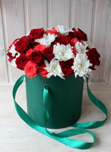 Букет в коробке с хризантемами, красными и розовыми розами.
